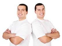 Deux jumeaux de sourire positifs attirants de jeunes hommes image libre de droits