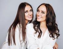 Deux jumelles pose de soeurs, faisant la photo, habillée Photographie stock