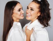 Deux jumelles pose de soeurs, faisant la photo, habillée Image libre de droits