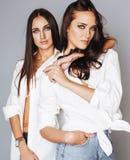 Deux jumelles pose de soeurs, faisant le selfie de photo Images stock