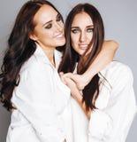 Deux jumelles pose de soeurs, faisant le selfie de photo Image libre de droits