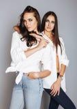 Deux jumelles pose de soeurs, faisant le selfie de photo Photo stock