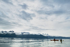 Deux kayakers barbotant à prince William Sound, Etats-Unis Image stock