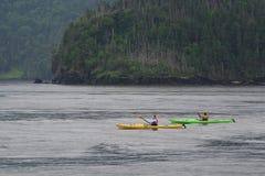 Deux Kayakers féminins sous la pluie Images stock