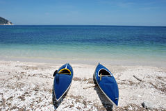Deux kayaks se trouvant sur la plage Photographie stock