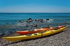 Deux kayaks sur la plage de Santorini, Grèce Photographie stock libre de droits