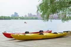 Deux kayaks sur la plate-forme en bois à la station près du lac Image libre de droits