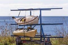 Deux kayaks sur la remorque par l'Océan Atlantique image libre de droits