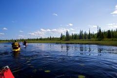 Deux kayaks sur le fleuve image libre de droits