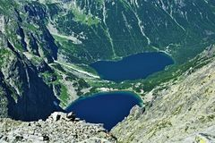 Deux lacs dans la vallée des hautes montagnes photos libres de droits