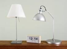 Deux lampes de Tableau sur le bureau avec rétro Flip Clock Photos libres de droits