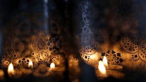 Deux lanternes ornementales avec les bougies brûlantes clips vidéos