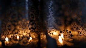 Deux lanternes ornementales avec les bougies brûlantes banque de vidéos