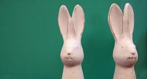 Deux lapins de Pâques blancs de porcelaine image stock