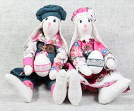 Deux lapins de Pâques tenant des oeufs Photos libres de droits