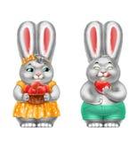 Deux lapins gris avec des fraises, dans des vêtements, d'isolement, sur le blanc Photo stock