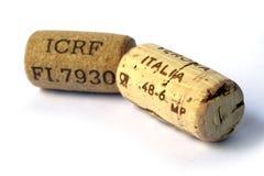 Deux lièges de vin images stock