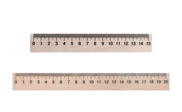 Deux lignes de bois 20 et 15 centimètres sur un fond blanc Photographie stock
