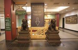 Deux lions en pierre chinois à l'entrée du musée de Belz Photo stock