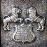 Deux lions guarging à la porte Image stock