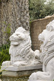 Deux lions sculptés par blanc Photo stock