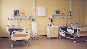 Deux lits à roues se tiennent dans une chambre d'hôpital plein-équipée clips vidéos