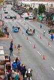 Deux lits de course d'équipes sur la rue de ville dans l'événement de collecteur de fonds Photo stock