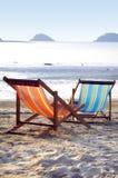 Deux lits pliants sur la plage dans le soleil de soirée Photo stock