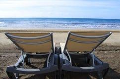 Deux lits pliants sur le littoral Photographie stock libre de droits