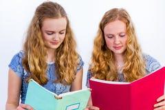 Deux livres de lecture d'écolières Photographie stock libre de droits