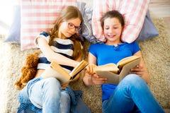 Deux livres de lecture de soeurs Photographie stock libre de droits