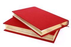 Deux livres rouges d'isolement sur le blanc Photo stock