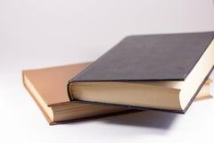 Deux livres sur un fond blanc Photos stock