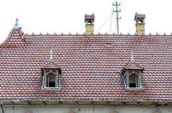 Deux lucarnes dans un toit carrelé rouge images stock