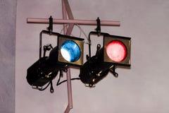 Deux lumières de théâtre sur la parenthèse avec des gels Image libre de droits