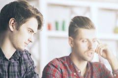 Deux mâles concentrés Image stock
