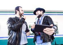 Deux mâles prennent au sujet de quelque chose sur l'Internet Images stock