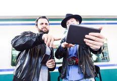 Deux mâles sont dégoûtés au sujet de quelque chose sur l'Internet Images stock