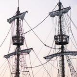 Deux mâts avec des plates-formes de point de vue sur le sailship photo stock