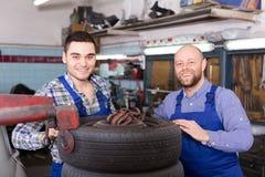 Deux mécaniques de voiture à l'atelier Image stock