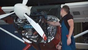 Deux mécaniques travaillant à un petit avion banque de vidéos