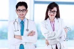 Deux médecins asiatiques photographie stock libre de droits