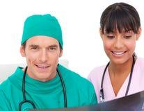 Deux médecins confiants regardant un rayon X photos libres de droits