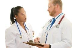 Deux médecins dans la discussion images libres de droits