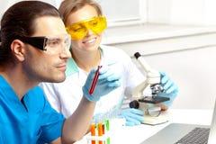 Deux médecins dans le laboratoire Photos stock