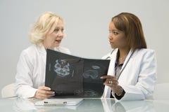 Deux médecins féminins Images libres de droits