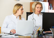 Deux médecins féminins travaillant ensemble Image libre de droits