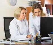 Deux médecins féminins travaillant ensemble Image stock