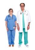 Deux médecins mâles et féminins aînés Photo stock