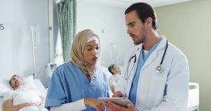 Deux médecins parlant dans une salle d'hôpital 4k banque de vidéos